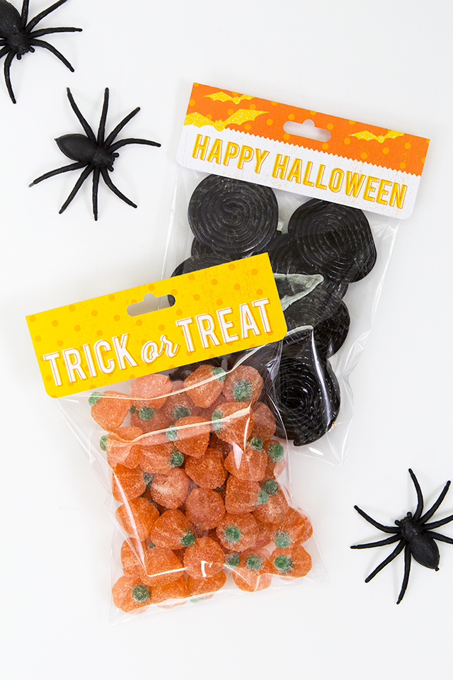 Loving this simple way to make Halloween treat bags! Definitely going to use this free printable treat bag topper this Halloween!